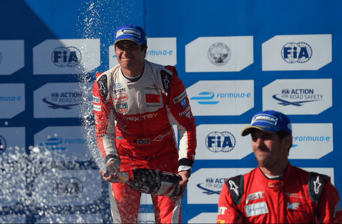 Nelsinho celebra a primeira vitória em Long Beach. Di Grassi (direita) e ele são, respectivamente, lider e vice-lider na Fórmula E (Scott Varley / Daily Breeze)