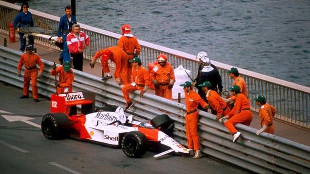 A McLaren de Ayrton Senna arrebentada em Mônaco, 1988. Acidentes também trazem lições (Sutton/Flatout)