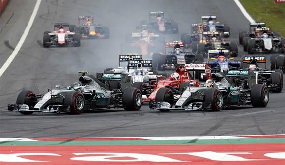 Roberg manobra na frente de Hamilton na largada em Spielberg. A corrida estava definida (AP)