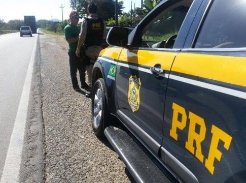 Polícia Rodoviária Federal durante fiscalização (PRF SC)