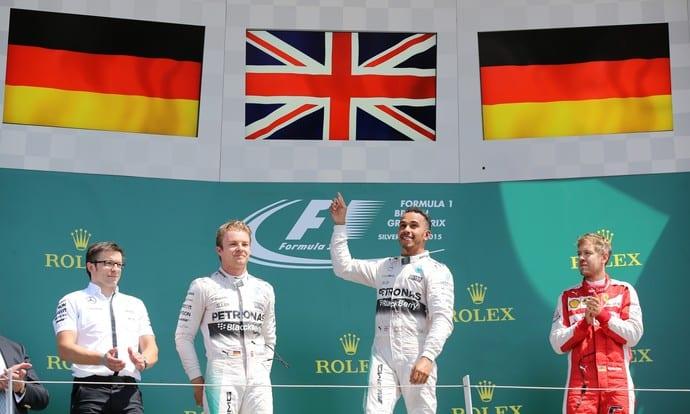 Festa no pódio caseiro para Hamilton. Alegria dos britânicos em Silverstone (Reuters)