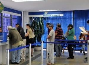 Aposentados e pensionistas do Instituto Nacional do Seguro Social que ganham acima de um salário mínimo terão seus benefícios reajustados em 6,58% este ano - foto de Antonio Cruz/Agência Brasil