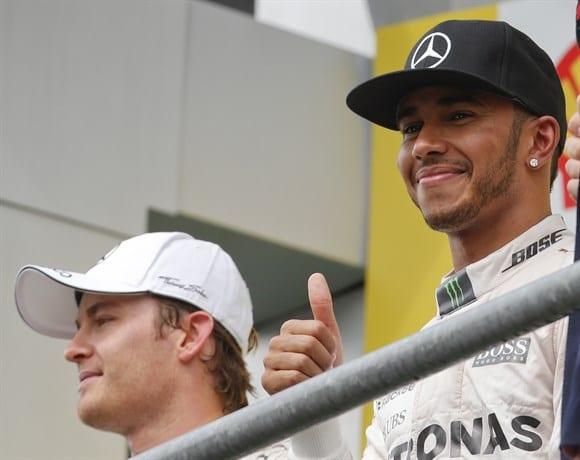 Hamilton faz positivo no pódio, confirma cada vez mais o favoritismo. Para Rosberg, falta reação (AP)