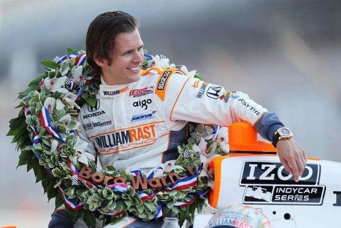 Dan Wheldon em 2011, posando como vencedor em Indianápolis daquele ano. Antes de Wilson, a última fatalidade da Indy, também em 2011 (IndyCar)