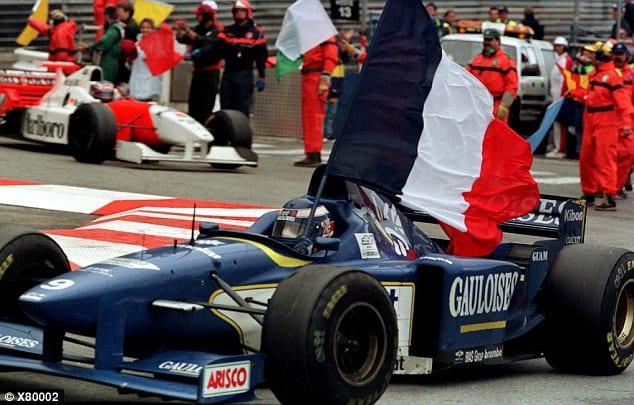 Mônaco, 1996. Panis carrega a bandeira pelas ruas de Monte Carlo. Celebra a primeira (e unica) vitória da carreira, a última da Ligier (Reprodução)