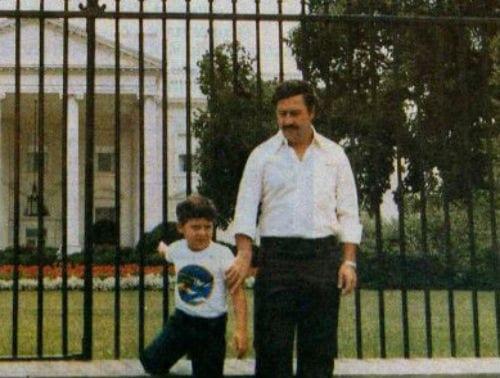 PROVOÇAÇÃO – Nos anos 80 Pablo Escobar e seu filho posam diante da Casa Branca - EUA.
