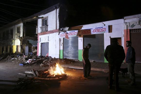 Chilenos deixam suas casas e observam os estragos provocados pelo tremor de 8,3 graus na escala Richter, que deixou ao menos oito mortos (Mario Ruiz/EFE/Agência Lusa)