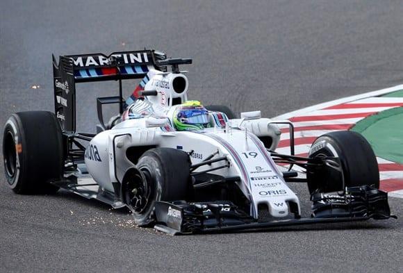 Massa arrasta a Williams com o pneu furado depois do toque com Riccardo na largada. Corrida do brasileiro foi arruinada e Felipe completou a prova a frente, apenas, das Manor (AP)