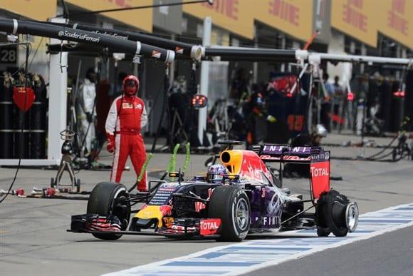 Riccardo, com o pneu furado depois do toque com Massa. Red Bull e Toro Rosso vivem momentos de indecisão com a falta de um fornecedor de motores para 2016 (AP)