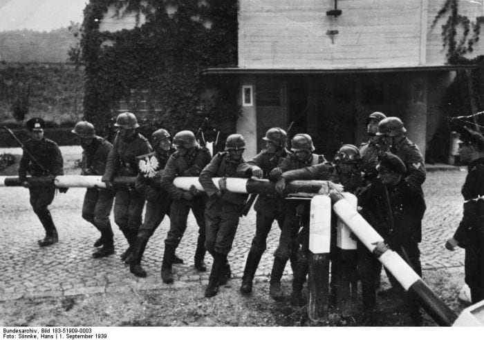 ADN-ZB II. Weltkrieg 1939-45 Überfall der faschistischen deutschen Wehrmacht auf Polen am 1.9.1939. Soldaten zerstören den Schlagbaum an der deutsch-polnischen Grenze in der Nähe von Danzig