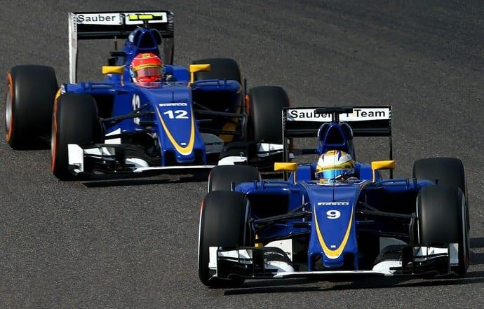 Ericsson (a frente) fez uma corrida valente, segurando um trenzinho por várias voltas na 12ª posição. Nasr (atrás), não teve sorte e abandonou pouco antes do fim (Getty Images)