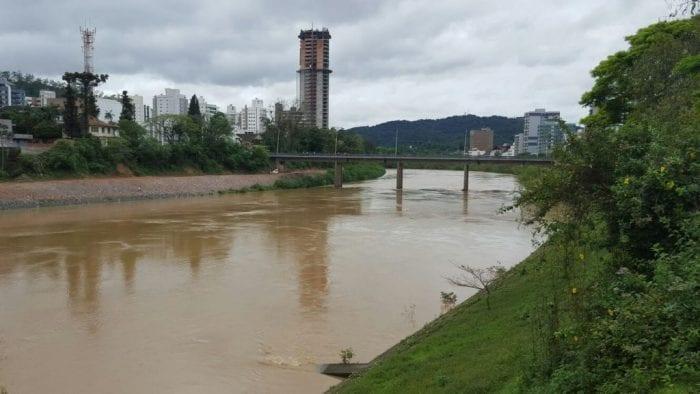 Rio Itajaí-Açu quando chegou a 4,6 metros na sexta-feira (Tauane Pereira)