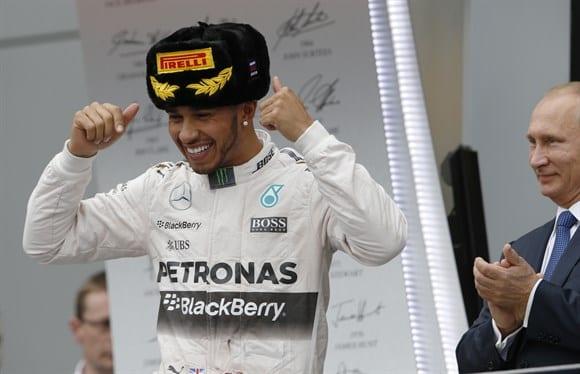 """Hamilton, o """"cossaco"""", fatura a 42ª vitória, ultrapassa Vettel e Senna e caminha ainda mais perto da taça de tricampeão (AP)"""