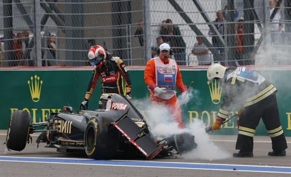 Susto: Batida de Grosjean, próximo a metade da corrida. Incidente causou uma reviravolta na situação do GP (AP)