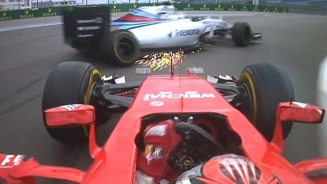 Momento do choque de Raikkonen com Bottas, na última volta da prova. Briga dos finlandeses na pista foi o momento maior da corrida ( TV / BBC)