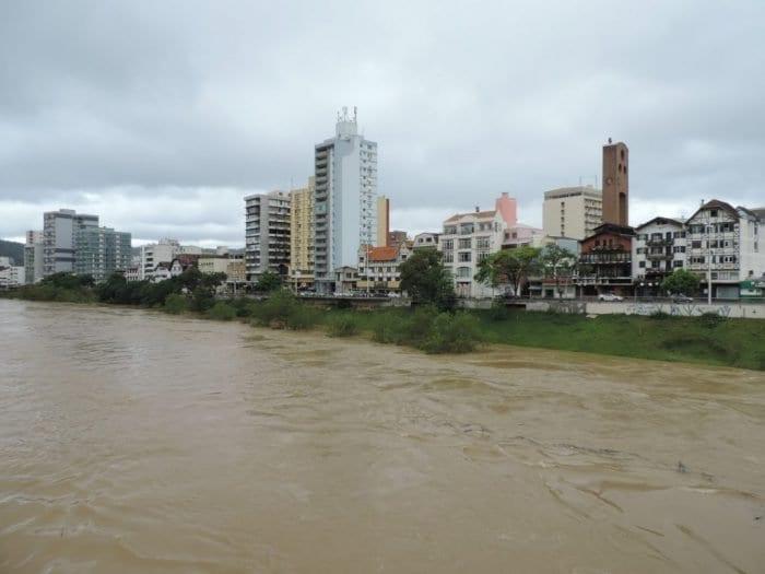 Rio Itajaí-Açu na quarta-feira, quando chegou ao nível de alerta (Jaime Batista)