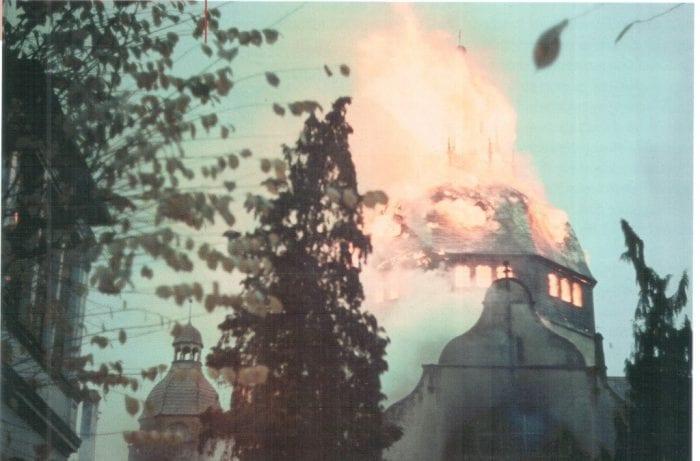 Sinagoga em chamas em Berlim – Trajetória para o Holocausto.