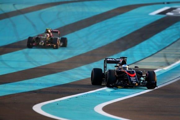Alonso (primeiro plano) volta a pista depois do incidente com Maldonado (fundo). Espanhol seguiu na prova, o venezuelano abandonou ainda na primeira volta (Getty Images)