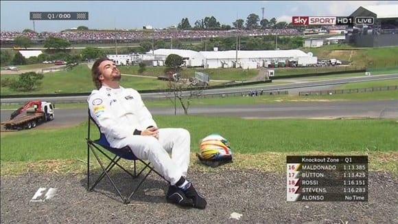 Outra de Alonso: Depois de abandonar no Q1, asturiano aproveitou para tomar um pouco do sol paulistano fora da pista (TV)
