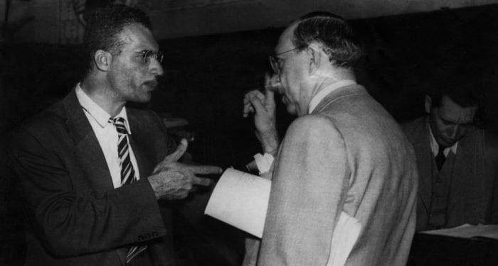 OPINIÕES DIVERGENTES - O deputado baiano Carlos Mariguella (Partido Comunista Brasileiro – PCB/BA) em 22/06/1946 durante discussão no Congresso Nacional (RJ) com o deputado federal catarinense Nereu Ramos (Partido Social Democrático – PSD/SC)