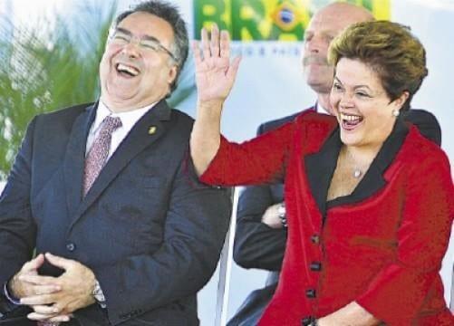 APOIO ESTRATÉGICO? - Governador Raimundo Colombo (Partido Social Democrático- PSD/SC) durante campanha eleitoral de 2013 com a candidata a reeleição Dilma Rousseff (Partido dos Trabalhadores PT/SP).