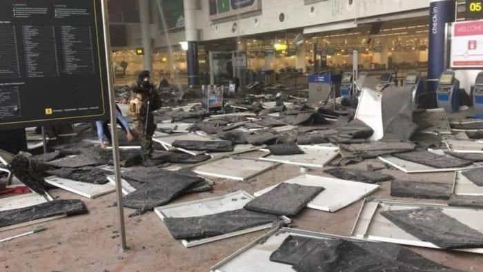 AEROPORTO ZAVENTEM: Explosões suicidas matam 10 civis.