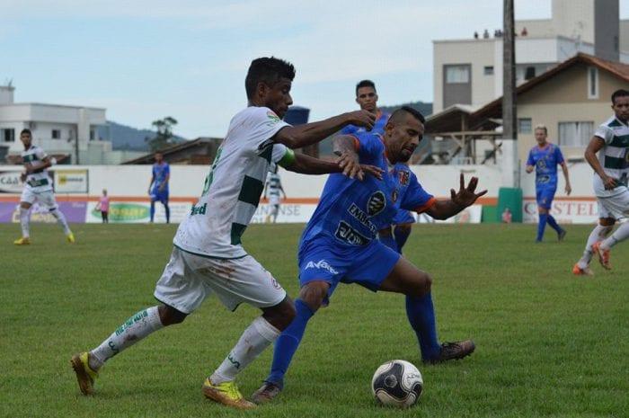 Léo Moura disputa bola (Sidnei Batista/Metropolitano)