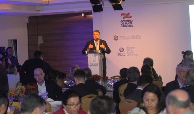Colombo em palestra para empresários (James Tavares/Secom SC)