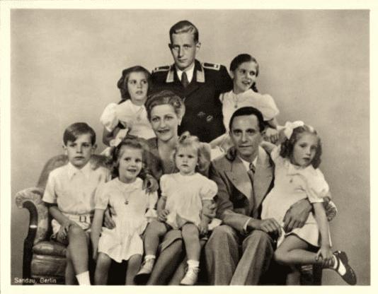"""PROPAGANDA – Cartão postal da família ariana """"ideal"""". Magda Goebbels a """"primeira-dama"""" do Terceiro Reich: exemplo que as outras mulheres deviam imitar. Fonte: bundesarchiv."""