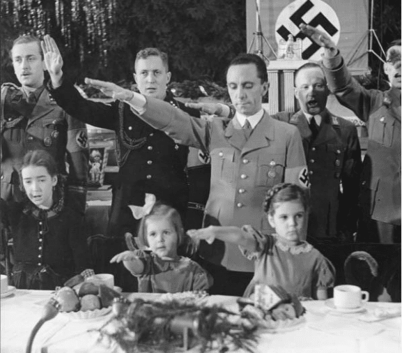 BERLIM, 1937 - Joseph Goebbels com suas filhas, Hilde (centro) e Helga (à direita), em uma festa de Natal.
