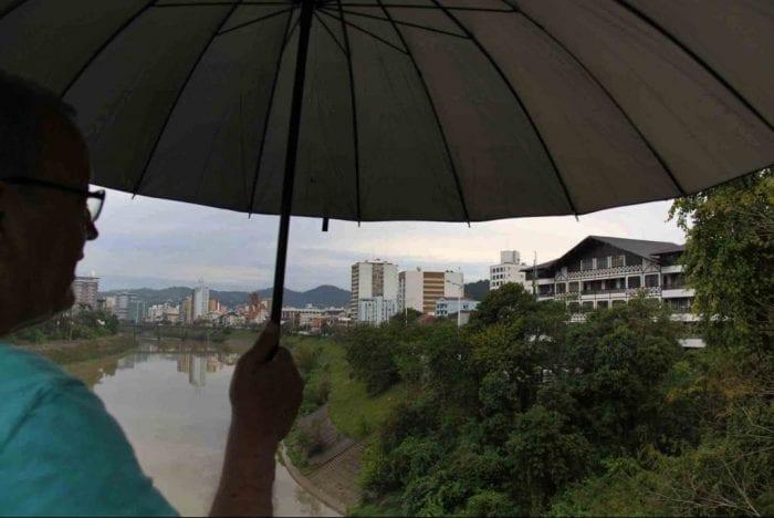 Rio Itajaí-Açu em dia nublado - foto de Jaime Batista