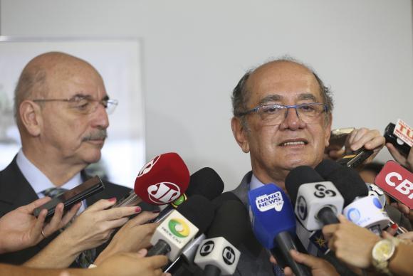 Ministro Gilmar Mendes (D) entrega ao ministro do Desenvolvimento Social e Agrário, Osmar Terra, dados sobre doadores de campanha que aparecem como beneficiários do Bolsa FamíliaElza Fiúza/Agência Brasil