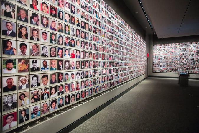 EXPOSIÇÃO PERMANENTE: Retratos das vítimas no 11 de Setembro Memorial Museum em Nova York. Fonte da imagem: Ángel Franco / The New York Times.