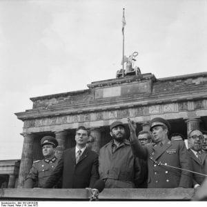 DE COSTAS PARA A HISTÓRIA: Com a Alemanha Reunificada, seus cidadãos, deixaram para trás, o rancor que se alimentava da disparidade entre os sonhos revolucionários de outrora e a história real que os atropelou.