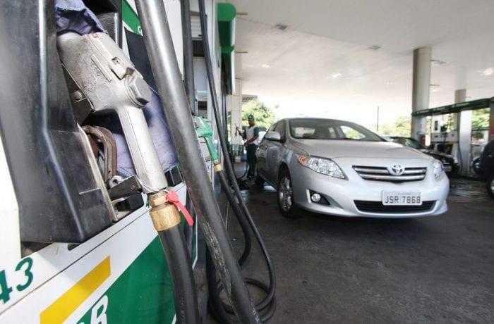 Preço da gasolina caiu nas refinarias, mas não tanto nas bombas (Adenilson Nunes)
