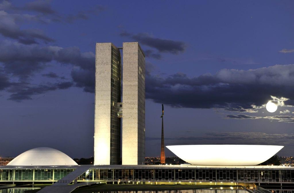 Congresso Nacional do Brasil em noite de lua cheia - foto de Rodolfo Stuckert
