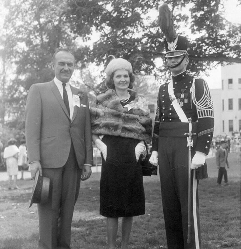 "OS PAIS - Fred Trump, a esposa Mary MacLeod e o filho Presidente (dispensado do exército; ""pé chato"")"