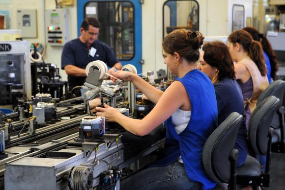 Desemprego recua para 12,4%; melhor resultado no ano, segundo o IBGE