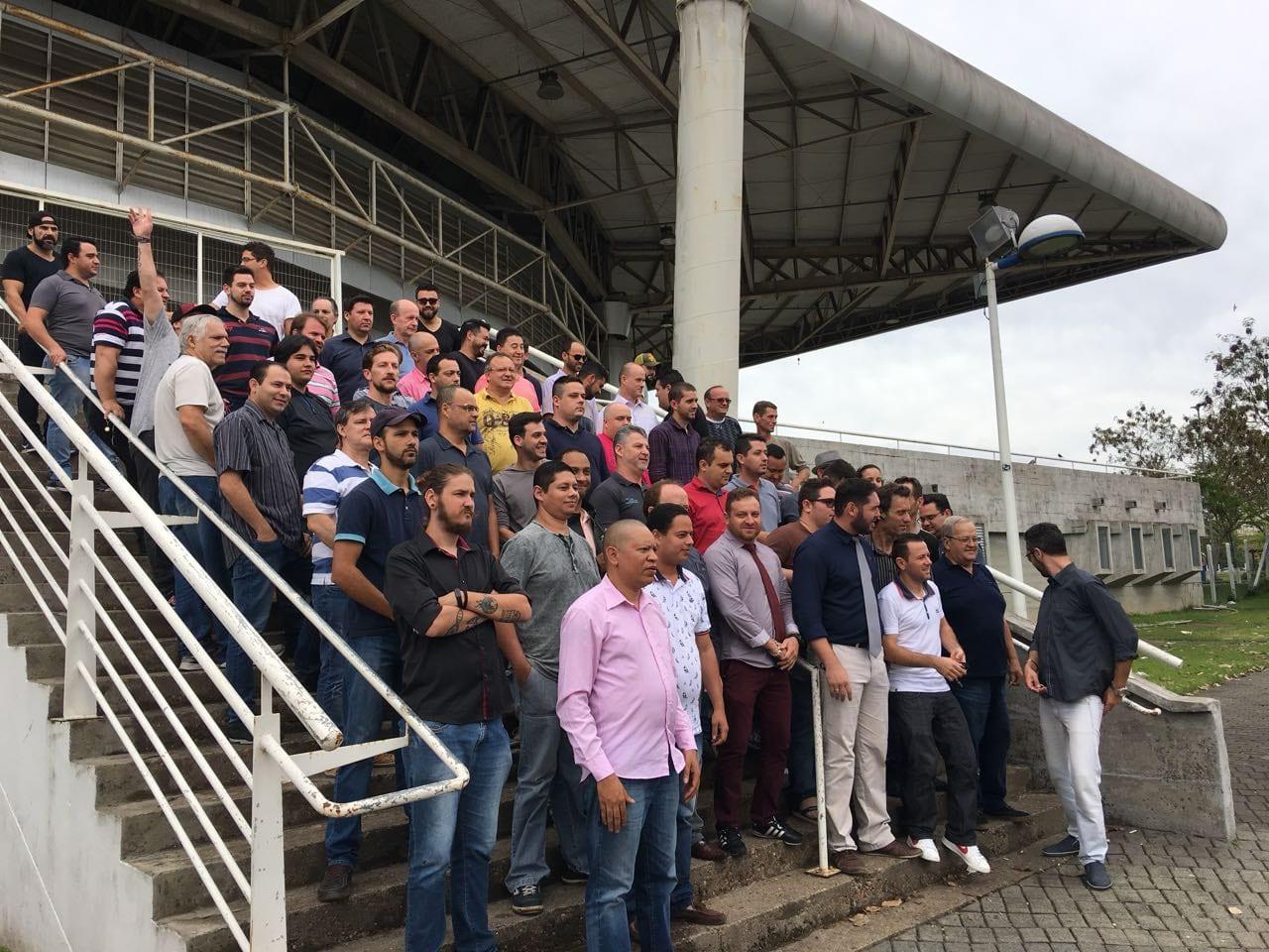 Motoristas de Uber reunidos no Ginásio Galegão (Danubia de Souza)