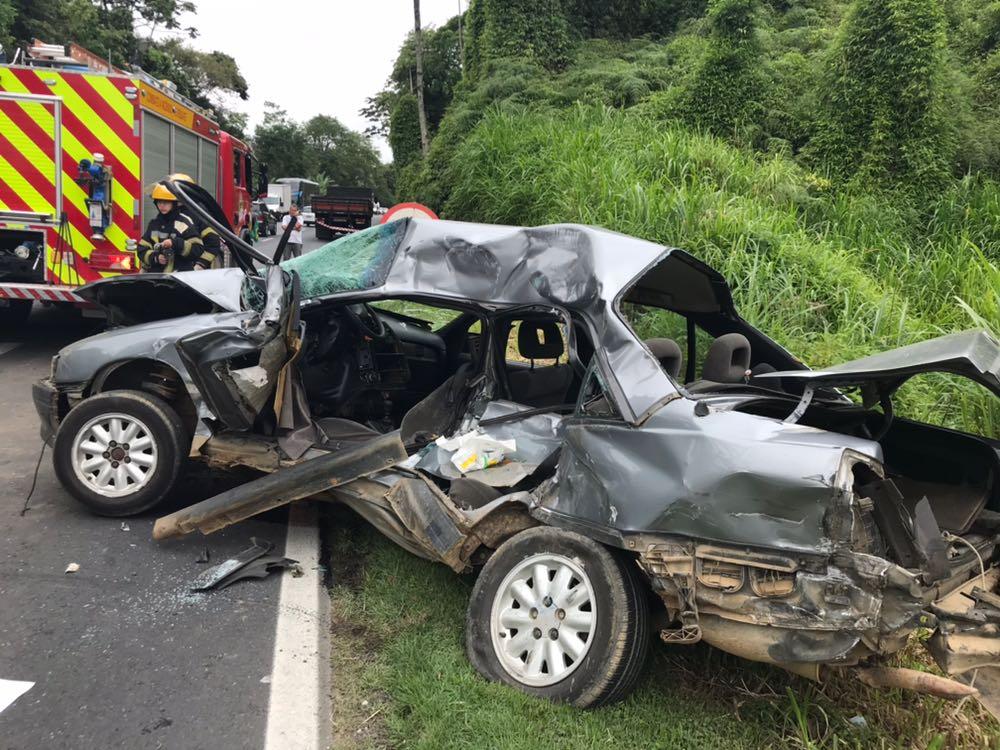 Chevrolet Omega ficou destruído em acidente na BR-470 (Arcanjo 03/CBM)