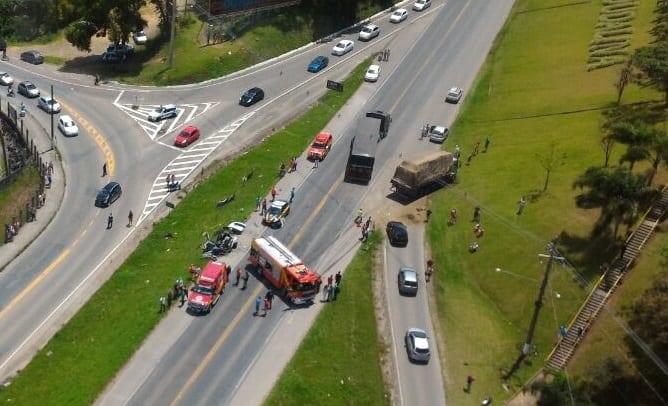 Colisão frontal entre veículo e caminhão deixou pessoa ferida (Arcanjo 03)