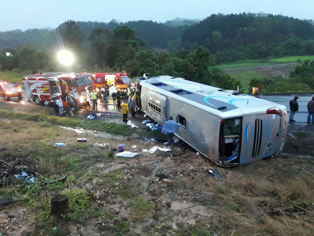 Ônibus tombou deixando dezenas de feridos (Rádio Educadora)