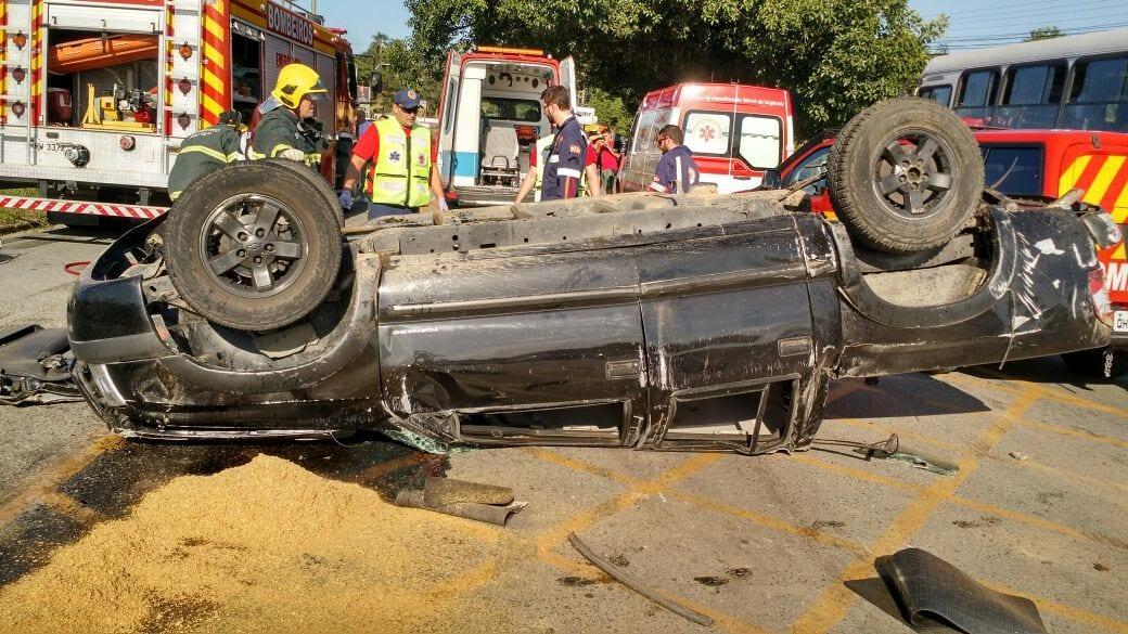 Veículo da vítima capotou com a colisão (Corpo de Bombeiros)