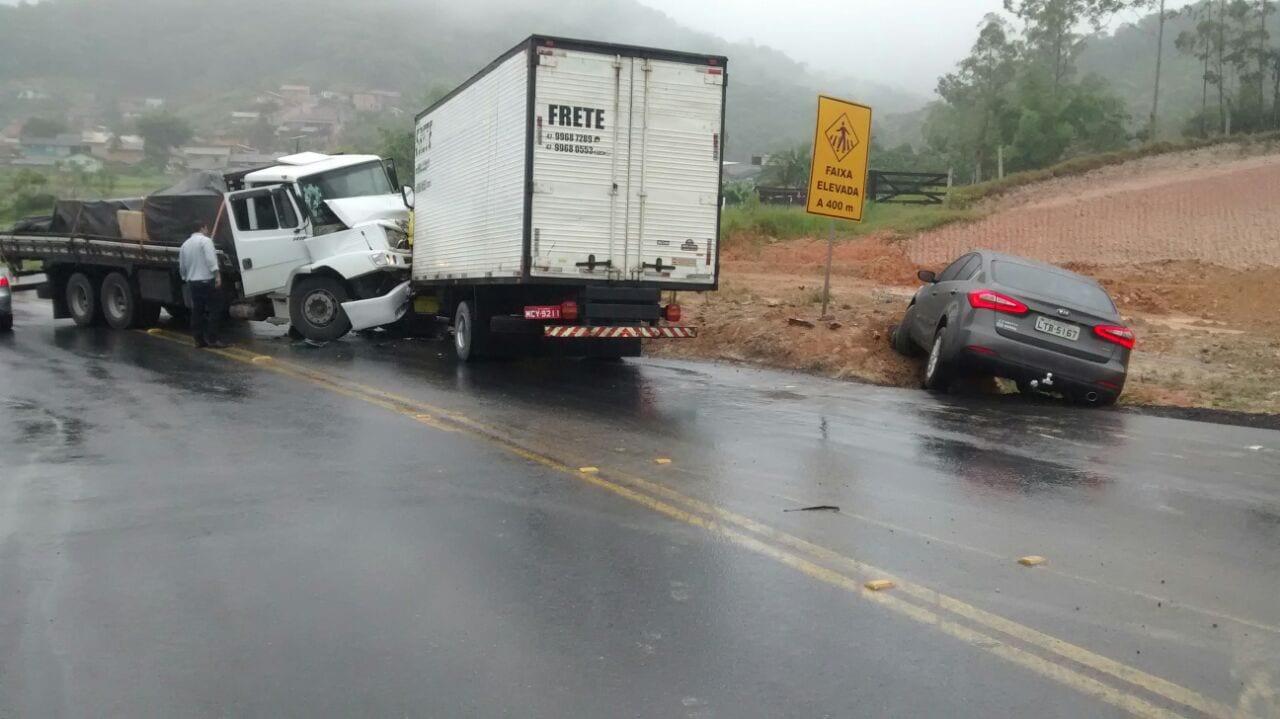 Acidente envolveu dois caminhões e um carro (Internet)