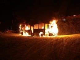 Veículo foi completamente destruído (Larissa Mayra Oliveira da Silva)