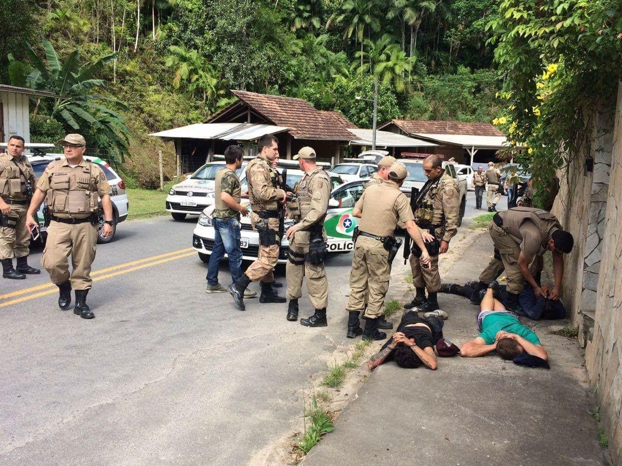 Dezenas de policias se envolveram na perseguição (PM)