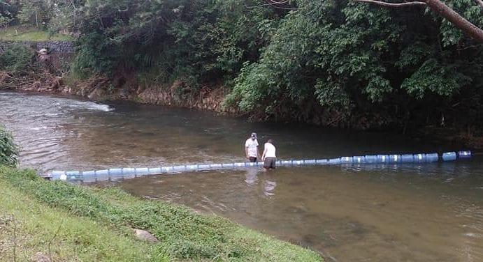 Eco barreira instala no Ribeirão Garcia (João Luiz Muniz)