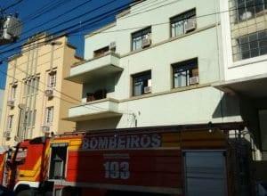 Prédio registro novo incêndio na Rua Ângelo Dias, no Centro de Blumenau (Cristiano Silva/Menina FM)