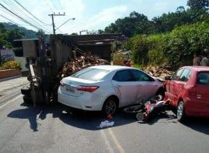 Tombamento de carreta interrompe trânsito na Estrada Velha (Demuttin)