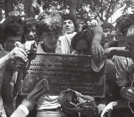 HOSTILIDADES - Entre outras atividades o presidente Figueiredo vem descerrar uma placa em homenagem ao marechal Floriano Peixoto e conhecer o projeto de uma usina siderúrgica. Manifestantes retiram a placa de bronze instalada embaixo da figueira na praça XV de Novembro em Florianópolis.